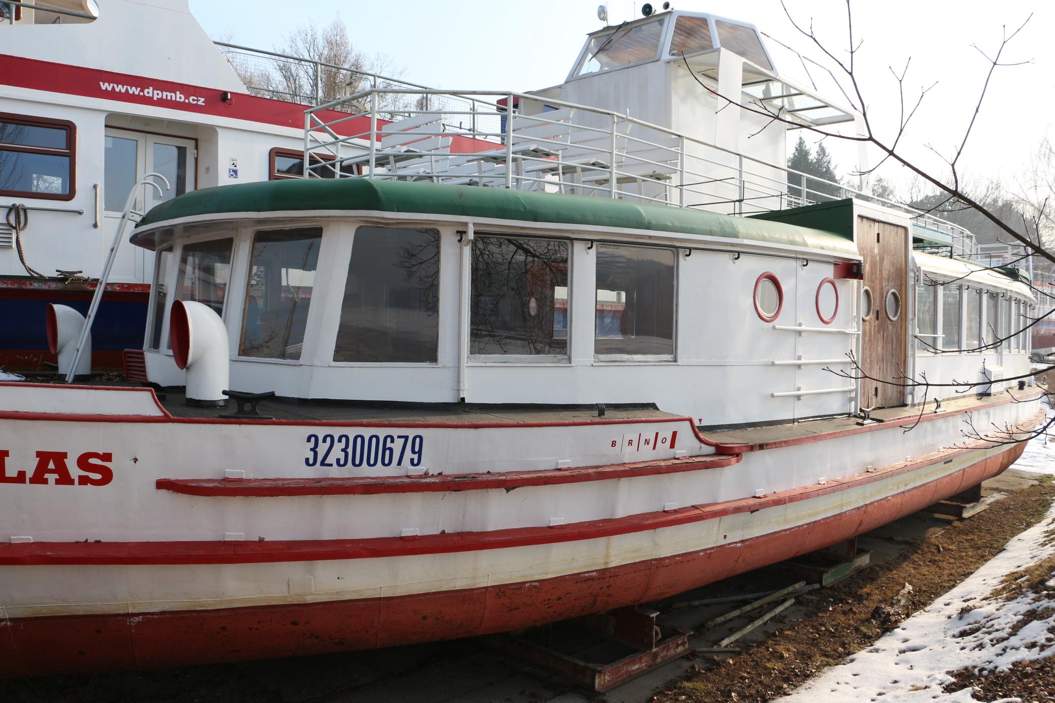 Dvoupalubová loď Dallas už víc než pět let chátrá na břehu Brněnské přehrady