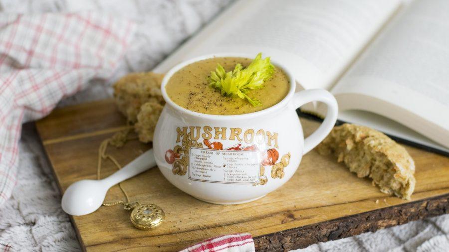 Základem této houbové polévky je kromě hub i tavený sýr, kmín a česnek.