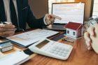 Hypotéka, koupě nemovitosti, realitní agent, půjčka, kupní smlouva, kalkulačka, bydlení, ilustrační foto