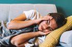 migréna, bolest hlavy, nemocná žena, únava, deprese, ilustrační foto