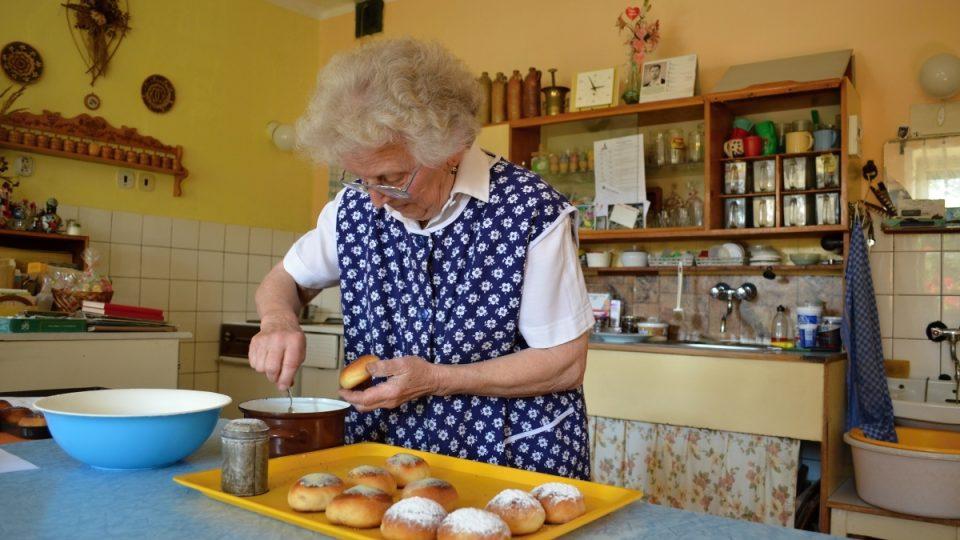 Ludmilova Vomelová při výrobě mrkvanců