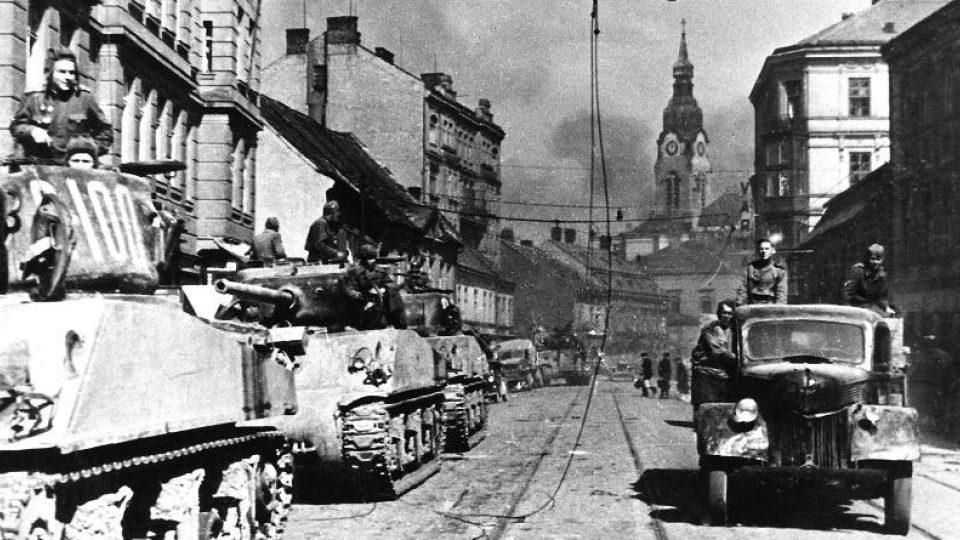 Kolona tanků Sherman v Křenové ulici