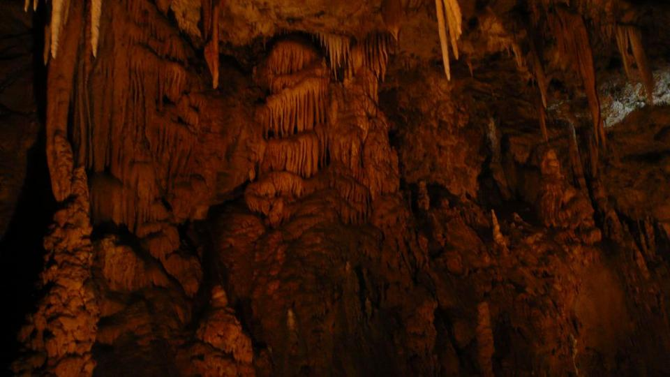 Krápníkové útvary - stalaktity, stalagmity, stalagnáty, záclony, sintrové kaskády - na stěně Předního dómu Punkevních jeskyní