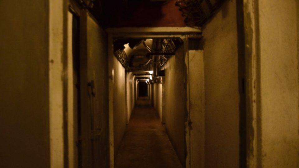 Podzemím vede chodba půl km dlouh