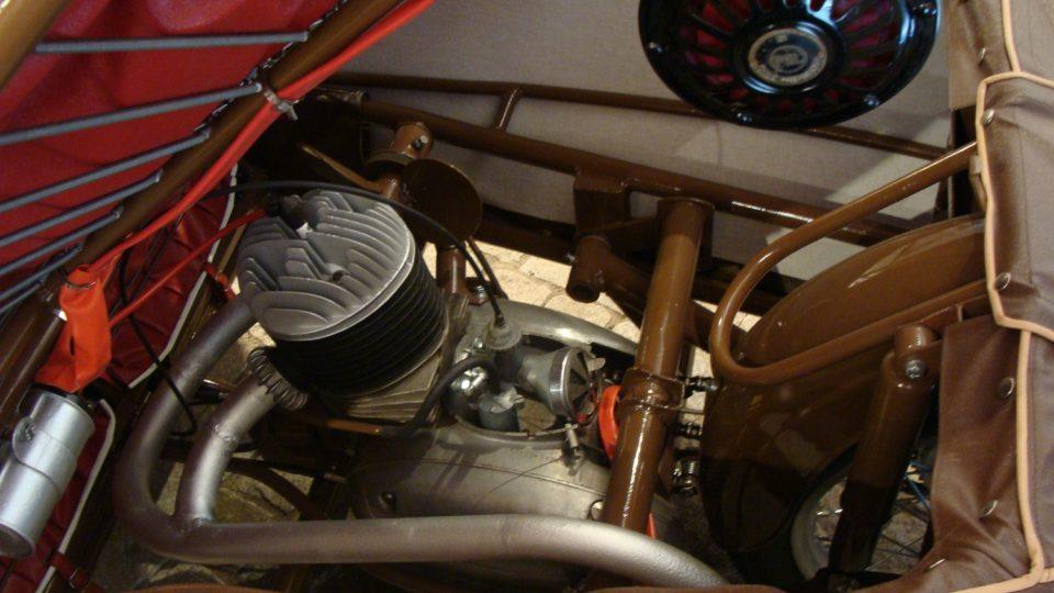 Pohled na motor