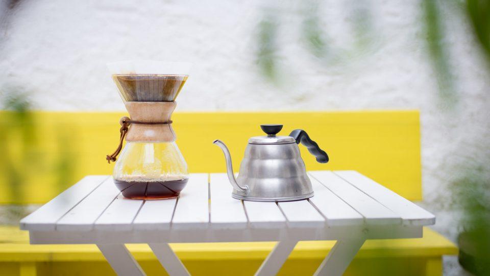 """Chemex je léty prověřená a designově dokonalá """"karafa"""" na přípravu kávy"""