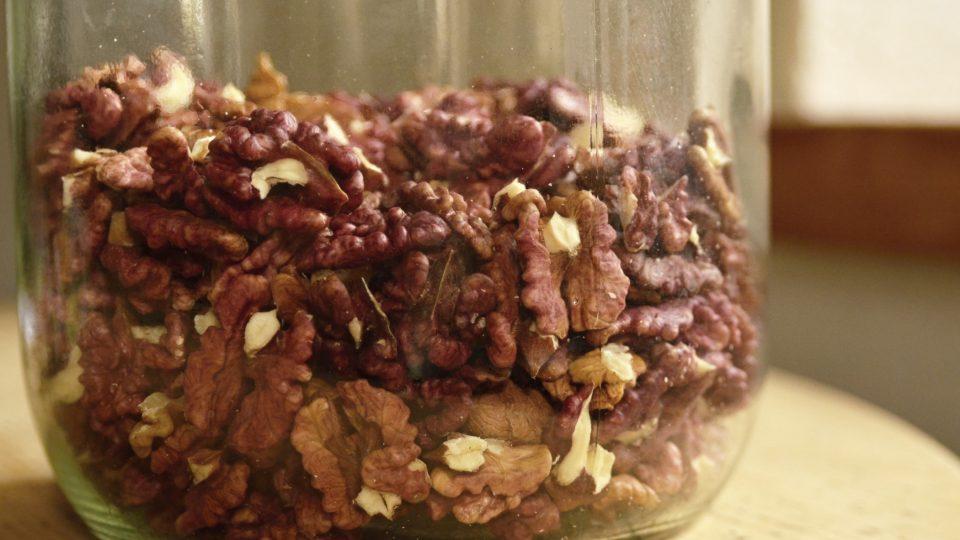 Někdo ořechy doporučuje hermeticky uzavřít ve skleněné nádobě