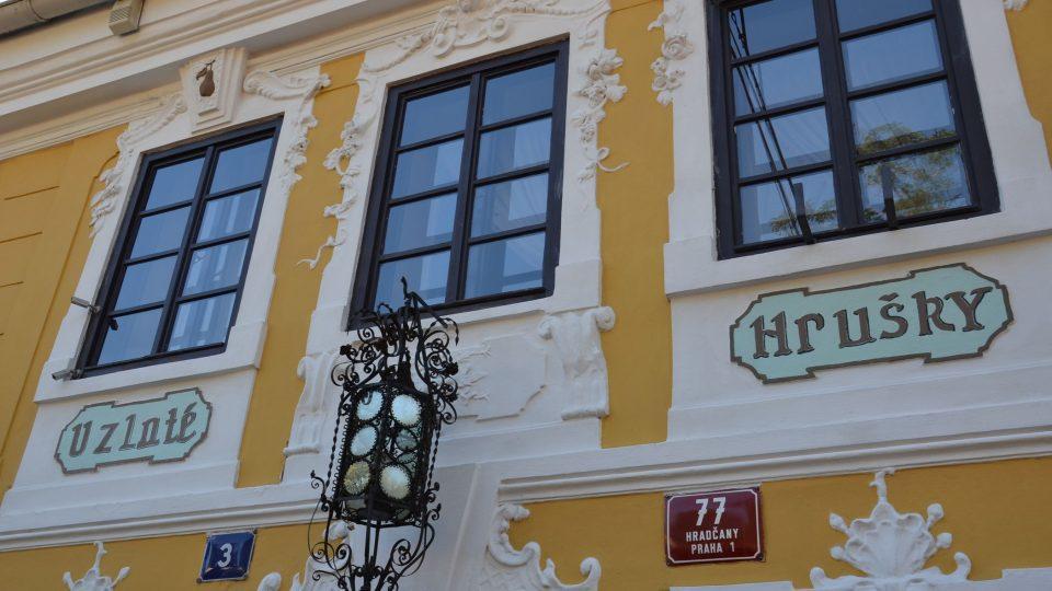 Historie domu U Zlaté hrušky zasahuje až do středověku