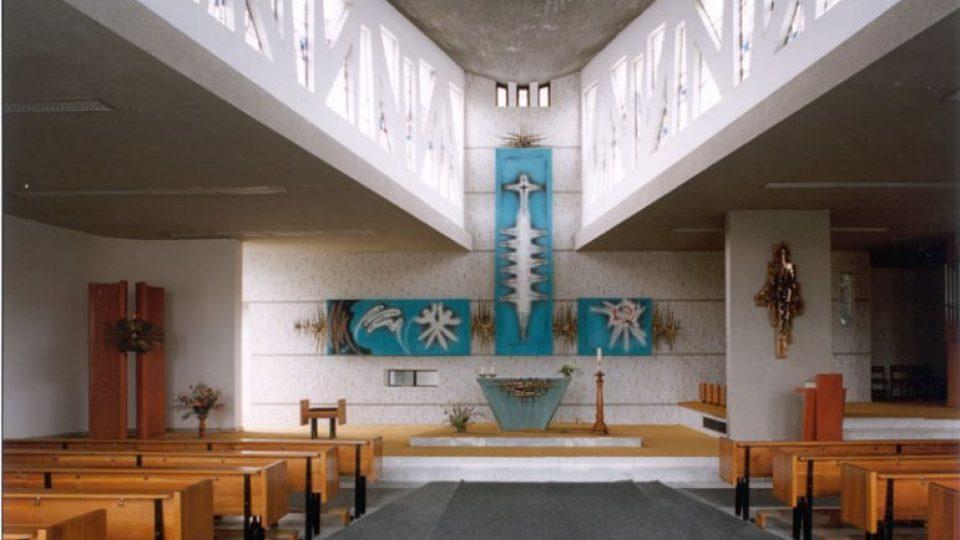 Dispozice kostela umožňuje věřícím sedět blízko oltáře