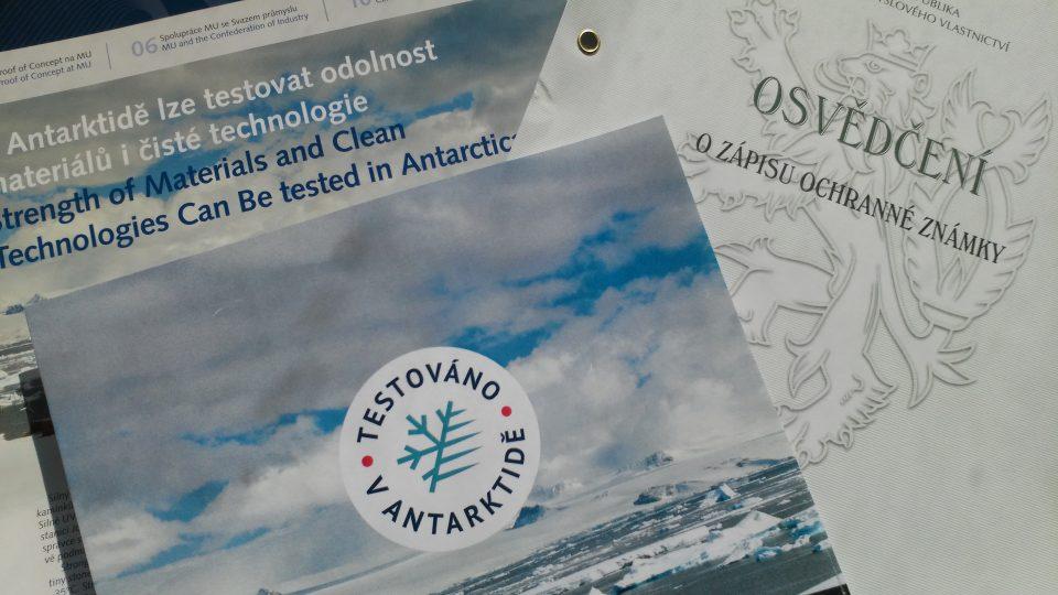 Ochranná známka Testováno v Antarktidě.