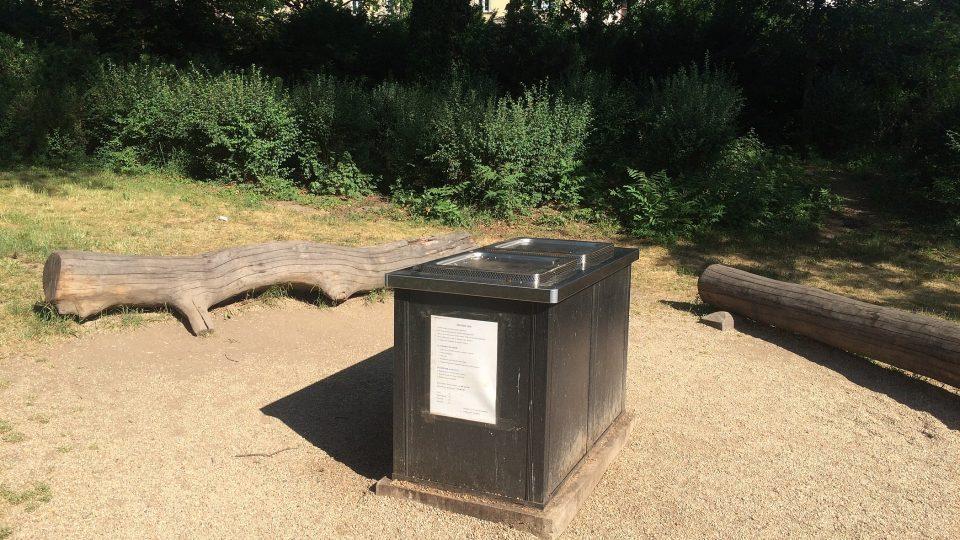 Veřejný gril v brněnském parku Lužánky si lze rezervovat. Večerní časy jsou obsazené měsíc dopředu.