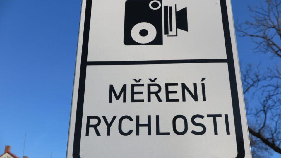 Dopravní značka upozorňující motoristy na radar
