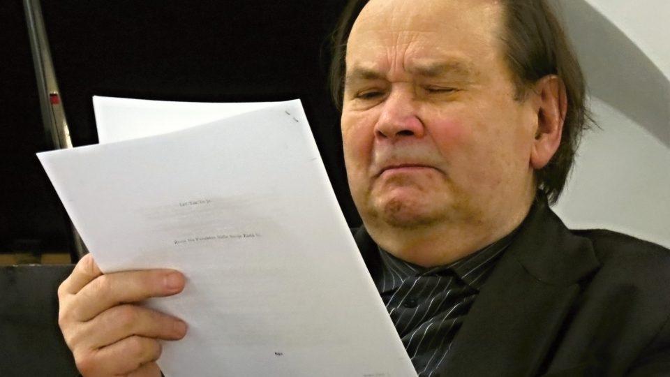 Jiří Kuběna čte ze svého básnického díla.
