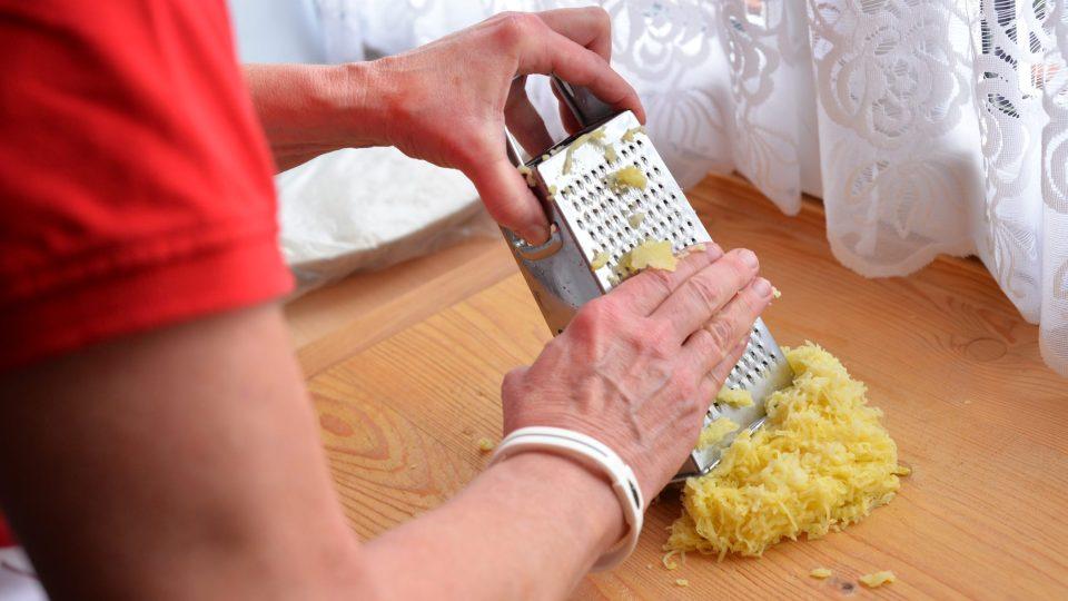 Den dopředu si uvaříme brambory ve slupce. Druhý den je oloupeme a nastrouháme na jemném struhadle