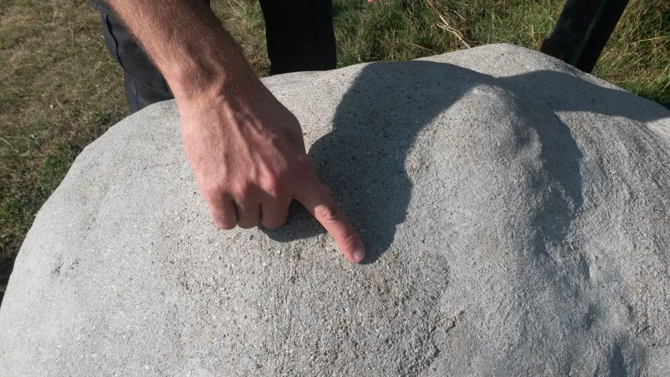 Při výrobě modelu se podařilo namíchat různě strukturované vrstvy betonu. I skutečný meteorit měl takto různorodou strukturu