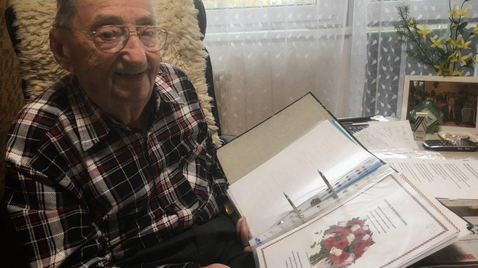 Pan Karel z Domova pro seniory na Okružní píše básničky.