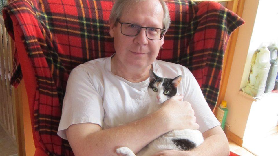 Petr Šotnar a jedna z jeho koček.