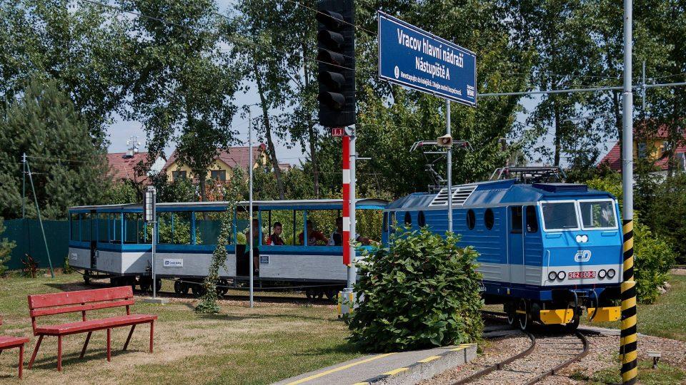 Vlaková souprava se blíží na vracovské hlavní nádraží
