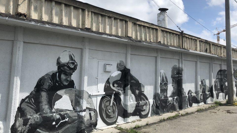 Na historii světového závodiště upozorňuje graffiti na sto metrů dlouhé zdi tehdejšího depa