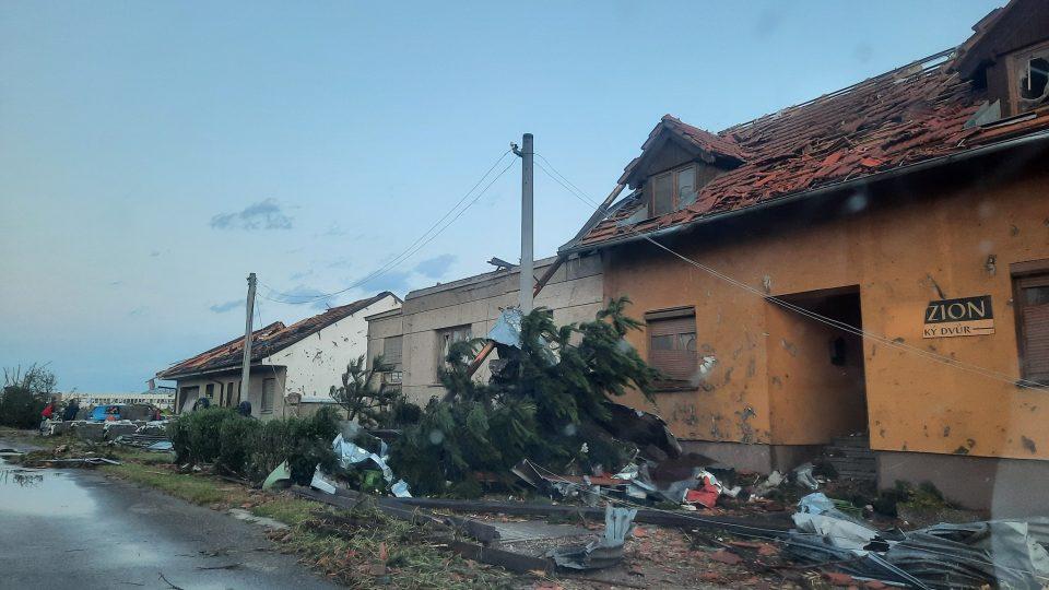 I zde jsou poničené domy, popadané stromy. Místo vypadá jako po výbuchu