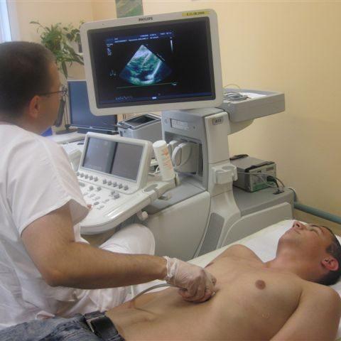 Kardiolog při práci