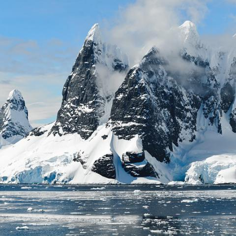 Pokud se globální teplota neudrží pod dvěma stupni Celsia, nedá se vyloučit, že dojde k rychlému ústupu grónských ledovců, výrazným změnám oceánického proudění a tání permafrostu, které bude doprovázeno mohutným uvolňováním oxidu uhličitého.