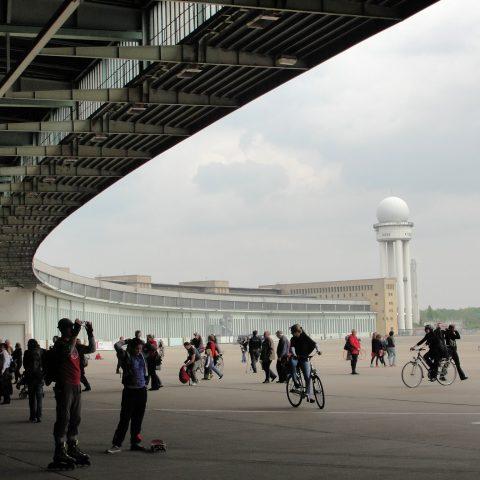 Tempelhof v Berlíně, bývalé letiště, na kterém si dnes můžete dělat, co chcete
