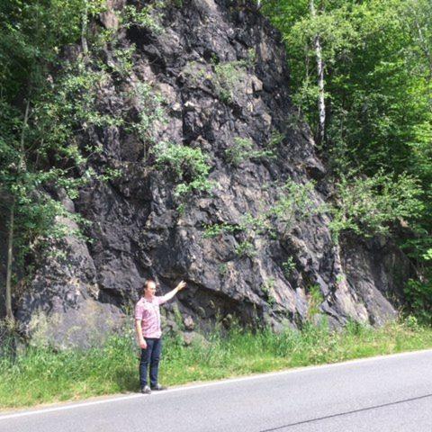 Písečná na Jesenicku upozorňuje na nebezpečný skalní masiv podél hlavní dopravní tepny směrem na Polsko