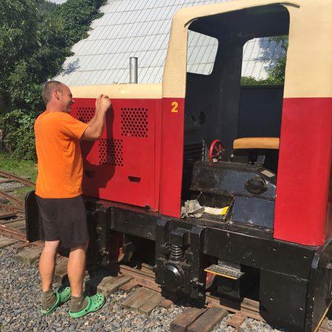 Tomáš Hegar čistí jednu ze současných tří rajnochovických lokomotiv.
