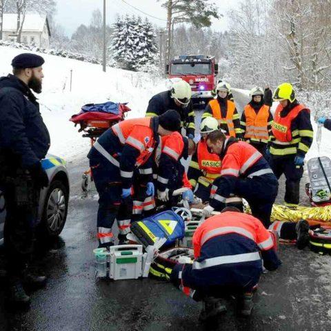 Okamžitá resuscitace muže po nehodě osobního auta u Rotavy byla úspěšná