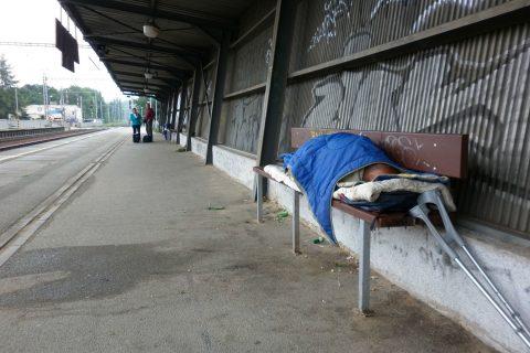 Bezdomovec Miloš Hudeček spí na lavičce na peróně