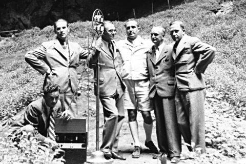 Historicky první vysílání ze dna propasti Macocha v roce 1936: zleva Antonín Šimara, Josef Válka, Dalibor Chalupa, Karel Divíšek, ing. Brandstätter a ing. Ondroušek