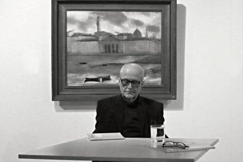 Pavel Švanda čte ze sbírky Mudrc bělmem v Krajské galerii výtvarného  umění ve Zlíně.