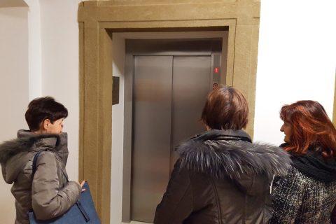 Před 25 lety začaly první debaty o výtahu na plzeňskou radnici. Výtah, který protíná historickou budovu od suterénu až po třetí patro, svezl první zájemce