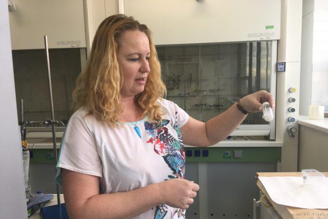 Lucy Vojtová drží v rukou lahvičku s hydrogelem. Právě ona vede výzkum, který vlastnosti hydrogelu neustále zdokonaluje.
