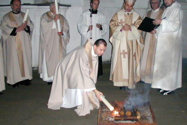 Zapalování paškálu od ohně před kostelem