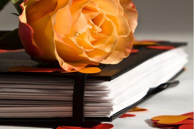 kniha a růže | foto: Fotobanka stock.xchng