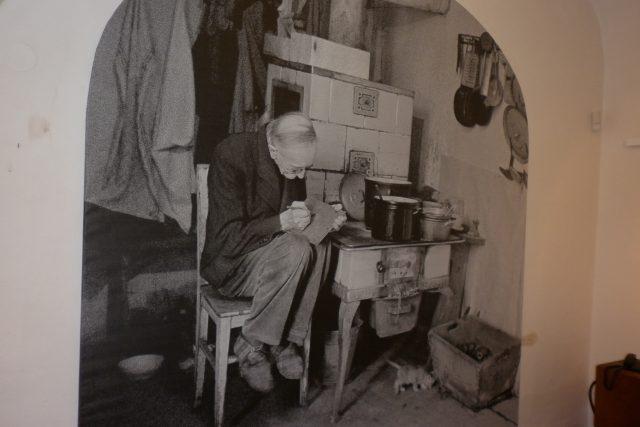 Bohuslav Reynek ve svém domě v Petrkově na Vysočině.