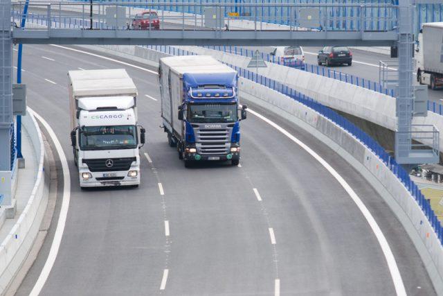 kamióny na dálnici