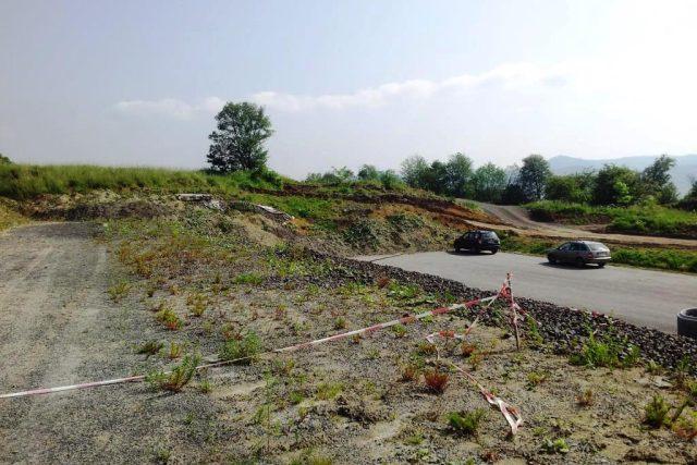 Sesutý svah na dálnici D8 nad Litochovicemi na Litoměřicku. Geologové místo měsíc zkoumali, projektanti teď podle jejich doporučení navrhnou, jak dálnici zabezpečit