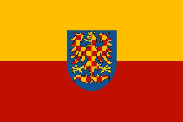 Moravská vlajka. Žlutočervená bikolóra se zlato-červenou variantou zemského znaku | foto:  Wikimedia Commons,  CC BY-SA 3.0