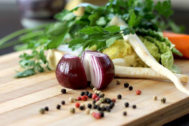 Zelenina, cibule, mrkev, koření, vaření (ilustrační foto)