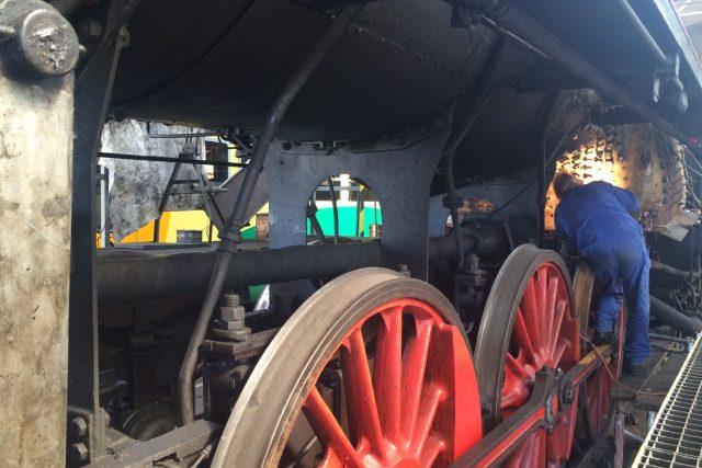 Technici opravují kotel legendární lokomotivy Šlechtičny