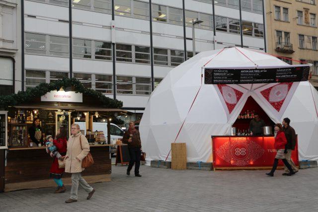 Vánoční trhy v Brně na náměstí Svobody 2016: zimní bar v bílé bublině