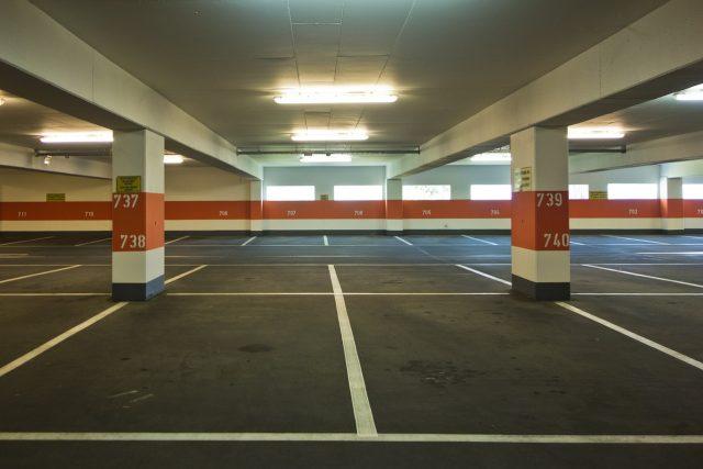 Prázdné parkovací domy se nejspíš stanou minulostí. Parkování tu stojí polovinu ve srovnání s ulicí v centru. | foto: Fotobanka Pixabay