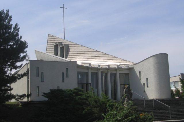 Kostel v Senetářově stojí 50 let. Vyrostl v době,  kdy kostely vznikat nemohly. | foto: Archiv obce Senetářov