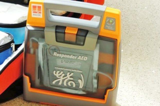 Přenosný defibrilátor (ilustrační foto)