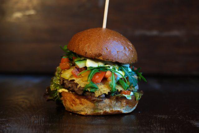 Chuť burgeru může kromě zeleniny doladit třeba sýr