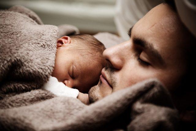 Otec a novorozeně (ilustrační foto)