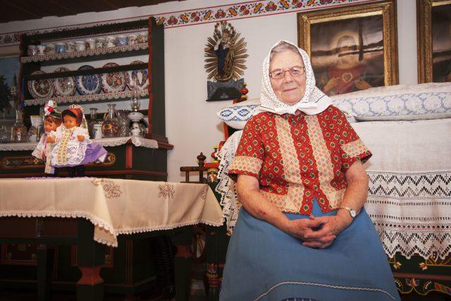Fotografka Liba Taylor se zaměřila na babičky, pro které je kroj denním oblečením. Fotila je při práci i doma.